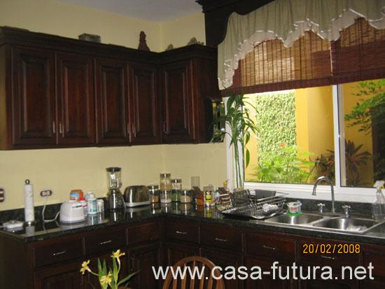 3 Cocina con top de granito y mueble de madera de color